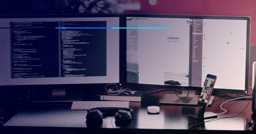 computador em mesa de trabalho representando o mercado de ti