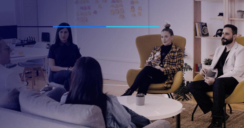 grupo de pessoas discutindo a melhor maneira de programar em equipe